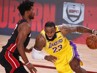 """""""Лейкерс"""" переиграли """"Майами"""" на старте финальной серии плей-офф НБА"""