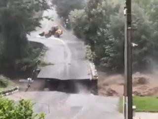 Во Франции из-за разгула стихии обрушился автомобильный мост