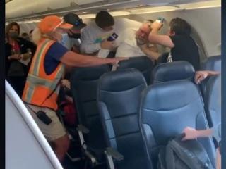 Пассажиры подрались на борту самолета из-за маски