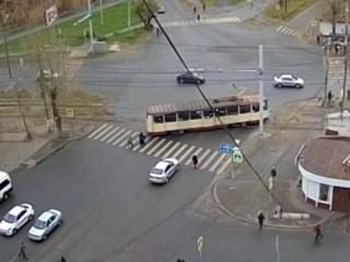 """""""Дрифтующий"""" трамвай едва не сбил пешехода в Челябинске"""