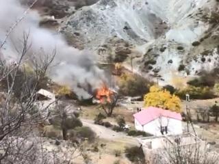 Армяне сжигают дома, покидая земли, переходящие под контроль Азербайджана