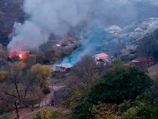 Сожженные дома и заполненные дороги: армяне покидают районы Карабаха