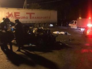 Три человека погибли по дороге в Джубгу: иномарка столкнулась с фурой