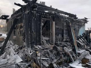 Двое детей и их родители заживо сгорели в своем доме в Тобольске