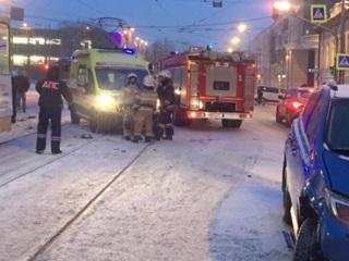 Машина врезалась в трамвай и сбила людей на остановке в Екатеринбурге