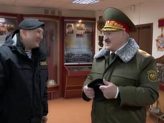 Минские омоновцы вручили Лукашенко черный берет