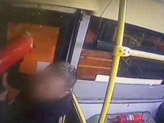 Буйный пассажир распылил огнетушитель в московском автобусе