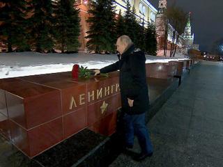 Путин возложил цветы к обелиску Ленинграда в Александровском саду в Москве