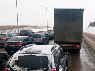 В Пермском крае на трассе Волга двести большегрузов застряли в пробке