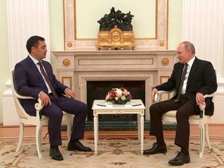 Путин и Жапаров обменялись холодным оружием