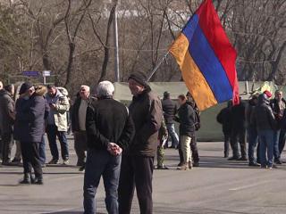 Вести. В Ереване тысячи сторонников оппозиции отправились к резиденции президента Армении