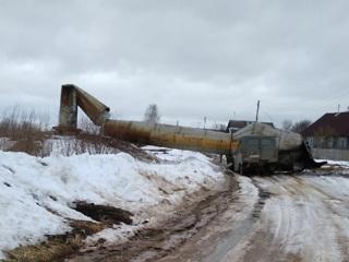 ЧП. В Тверской области рухнувшая водонапорная башня раздавила машину. Видео