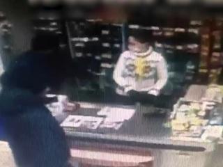 """ЧП. """"Романтик"""" ограбил магазин, чтобы купить букет подруге на 8 марта"""