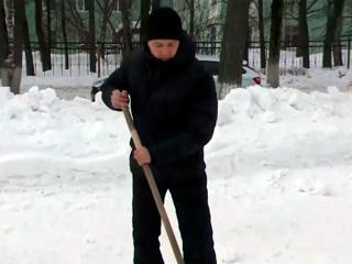 Мэр Йошкар-Олы на субботнике расчистил от снега памятники