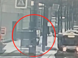 Вести. В Петербурге грузовик снес две остановки общественного транспорта
