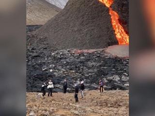 Мобильный репортер. В Исландии сыграли в волейбол на фоне извергающегося вулкана