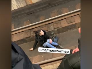 В московском метро остановили движение из-за пассажирки на рельсах