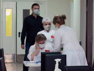 Вести. Врачи Перинатального центра делают прививку от COVID-19 прямо на работе