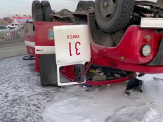 Легковушка в Омске протаранила и перевернула пожарную машину. Видео