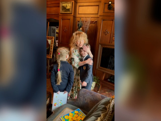 Видео из Сети. Муж и дети трогательно поздравили Пугачеву с днем рождения