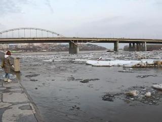 Во многих регионах уровень воды поднимается до критических отметок