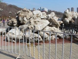 ЧП. Глыбы льда снесли ограждение на набережной Амура в Хабаровске