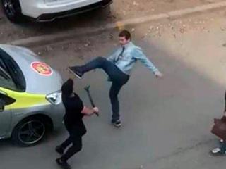 Видео из Сети. Во Владивостоке на видео попала яростная драка между таксистом и пассажиром