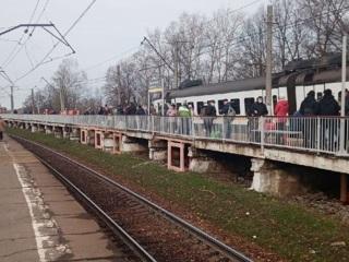 Электричка зацепила платформу станции в Подмосковье