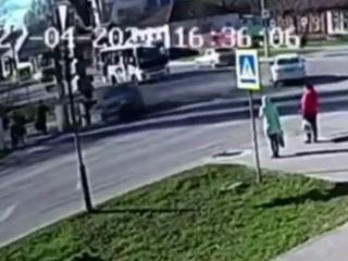 Момент ДТП с тремя пешеходами в Ельце попал на видео