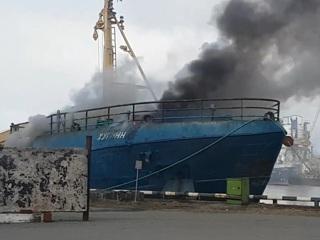 В порту Мурманска загорелось рыболовное судно. Видео