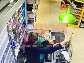 Новости на России 24. Мужчина с ножом напал на женщину-кассира в Башкирии
