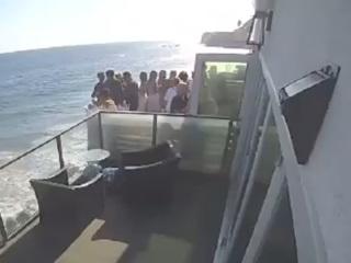 ЧП. Туристы обрушили балкон и упали на камни в Малибу. Видео