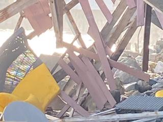 Туристы обрушили балкон и упали на камни в Малибу. Видео