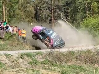 Кувыркающаяся машина едва не снесла зрителей на ралли в Ленобласти. Видео