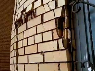 Видео из Сети. От нового многоэтажного дома в Уфе отваливаются кирпичи