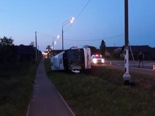 Туристический автобус перевернулся под Новгородом, есть пострадавшие