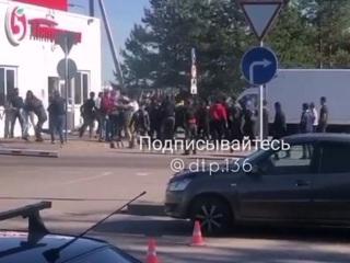 Под Воронежем возле Пятерочки работники устроили массовую драку