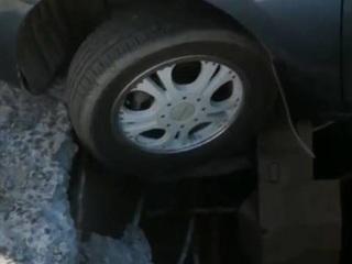 Адский портал: автомобили провалились в яму на приморской трассе