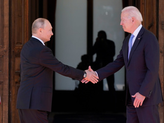 Обмен подарками: Путину  очки-авиаторы, Байдену  хохлома