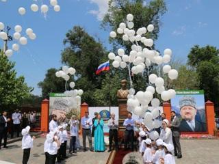 В Грозном открыли памятник Доктору Лизе