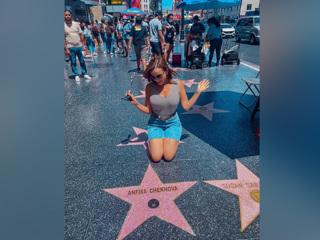 Анфиса Чехова показала свою именную звезду на Аллее славы в Голливуде
