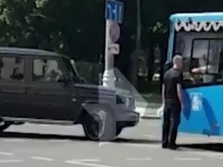 Владелец Gelandewagen выстрелом решил спор с водителем автобуса в центре Москвы