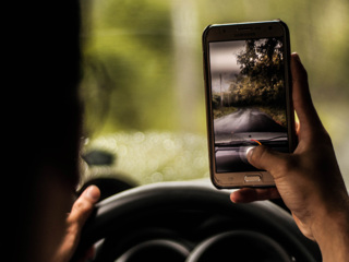 Штраф за пользование телефоном за рулем предложили увеличить