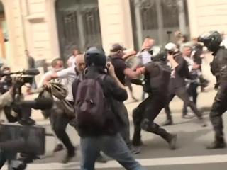 Несли на руках: парижские полицейские пострадали от антиваксеров