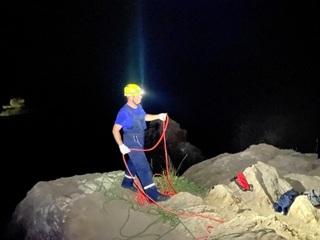 Доставали 3 часа: в Крыму девушка упала в расщелину глубиной около 15 метров