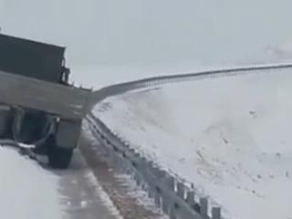 Из снежного плена освободили 30 грузовиков, застрявших на Чукотке