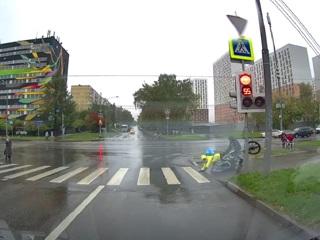 Сбившего коляску с ребенком московского курьера отстранили от работы