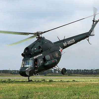 Вертолет Ми-2 совершил жесткую посадку на дорогу в Югре