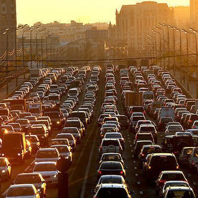 Пробка в несколько километров образовалась на МКАД в Москве из-за ДТП