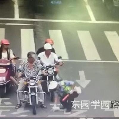 Полицейский бросился наперерез движению, чтобы убрать с дороги котенка